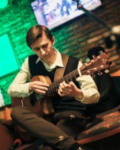 Уроки гитары / укулеле  в студии Печенина Максима